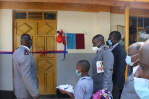 5- The scissors are presented